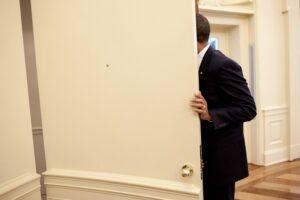 Не ломитесь в закрытые двери. Вы тем самым мешаете кому-то другому войти в эту дверь, кого за этой дверью ждут